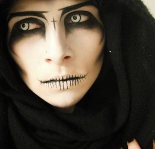 Maquillaje de muerte o demonio. Se puede hacer tanto con maquillaje en crema como al agua, aunque el maquillaje en crema se corre y el maquillaje al agua se mantiene perfecto y se puede trabajar con pincel de forma fácil para hacer detalles más finos, sobre todo en los detalles de boca y ojos. Los dos tipos de maquillajes, así como complementos como sangre y pegamento para postizos los podeis comprar en nuestra tienda #maquillajehalloween #maquillajemuerte #ideashalloween #halloween