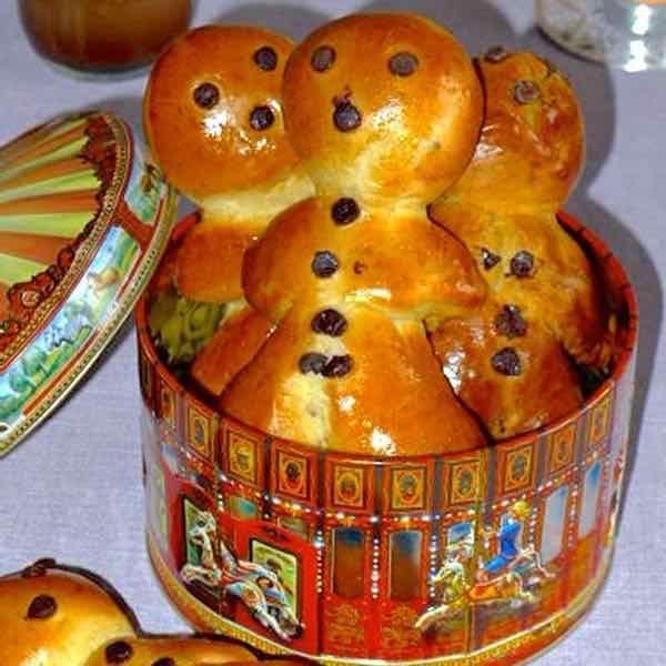 Le mannala, une variété de pain au lait en forme de petit bonhomme, est une recette traditionnelle servie en Alsace pour la Saint Nicolas.