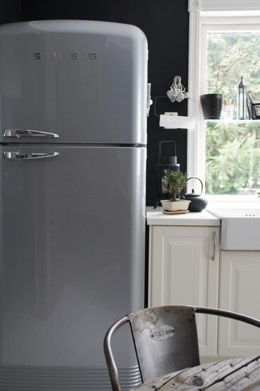 Stilfullt SMEG kjøleskap. Flere SMEG produkter finnes på www.madamea.no    Bildet er hentet fra Svenngården,  http://www.svenngaarden.com
