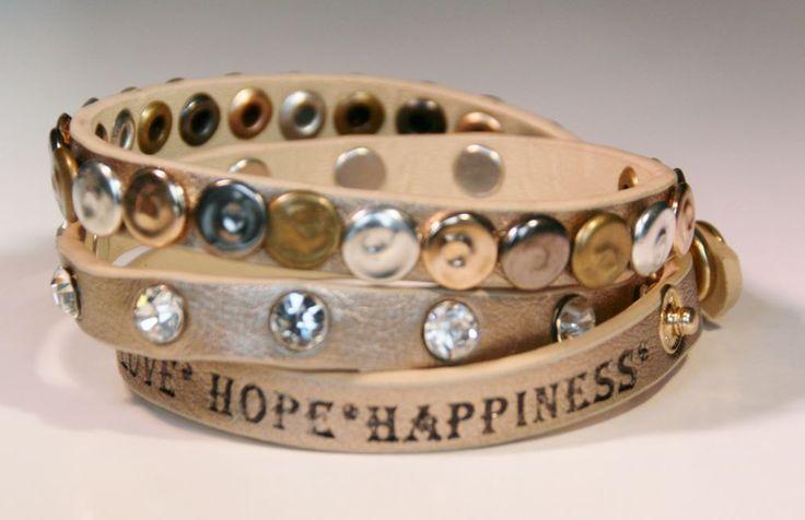 Wikkelarmband in zachtgoud kleurig met *love*hope*happiness*... Prachtig bij je zilveren armbanden! http://sasunlimited.nl/artikelen/wikkelarmband-met-studs-en-lovehopehappiness-zacht-goud/