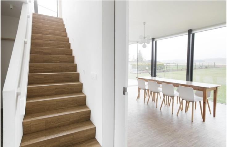 Een schuifdeur scheidt de leefruimte van de keuken, of laat beide plaatsen in elkaar overvloeien.