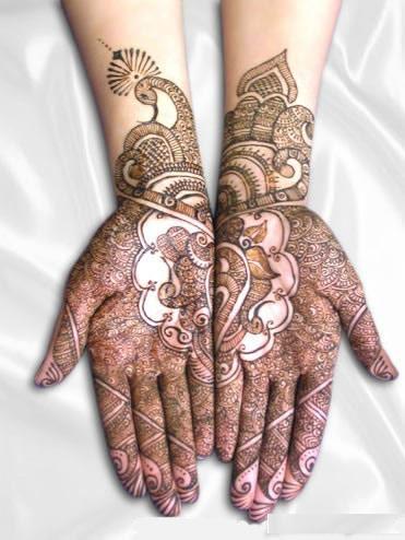 HENNA is een versiering op je handen of voeten tijdens een Bruiloft .