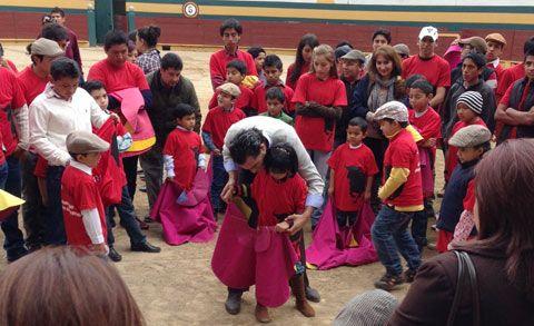 RIOBAMBA Se congregaron más de 600 personas Iván Fandiño enseña a torear a los niños de Ecuador - Mundotoro.com #Fandiño #Ecuador