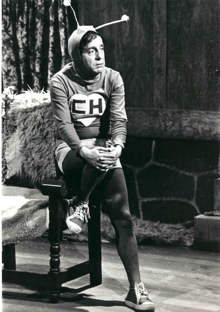 """El Chapulín Colorado es una serie de televisión mexicana, parodia de los programas de superhéroes, creada por Chespirito. Fue transmitida en México por primera vez en 1970 como un segmento del programa """"Los Supergenios de la mesa cuadrada""""."""