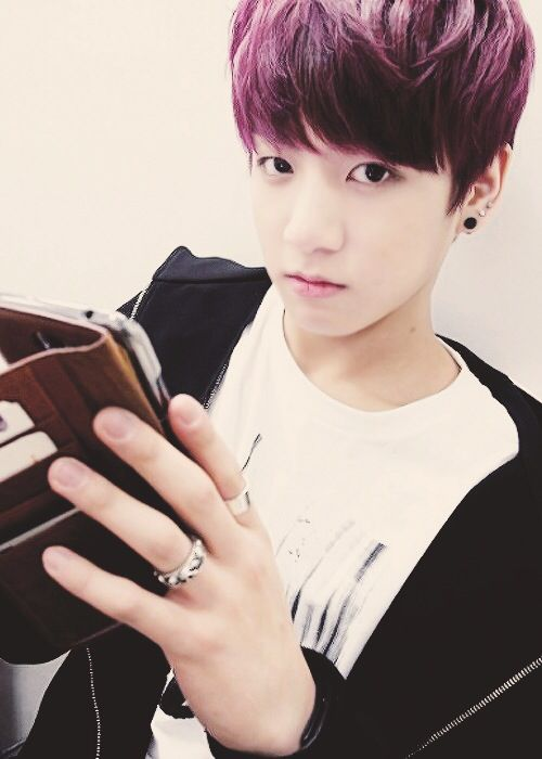 LOOK HOW CUTE AND INNOCENT HE WAS I MISS THIS KOOKIE BC NOW HE ONLY LIKES TO MURDER ME ALL THE TIME