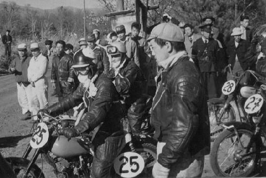1955年第一回浅間高原レース125ccに出場 125ccに出場・スタート前 (ゼッケンは25) 駆動系のトラブルに泣きながら の完走21位だった