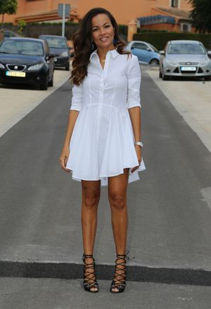 Outfit with black gladiators of Schutz and white dresses of the brand H&M
