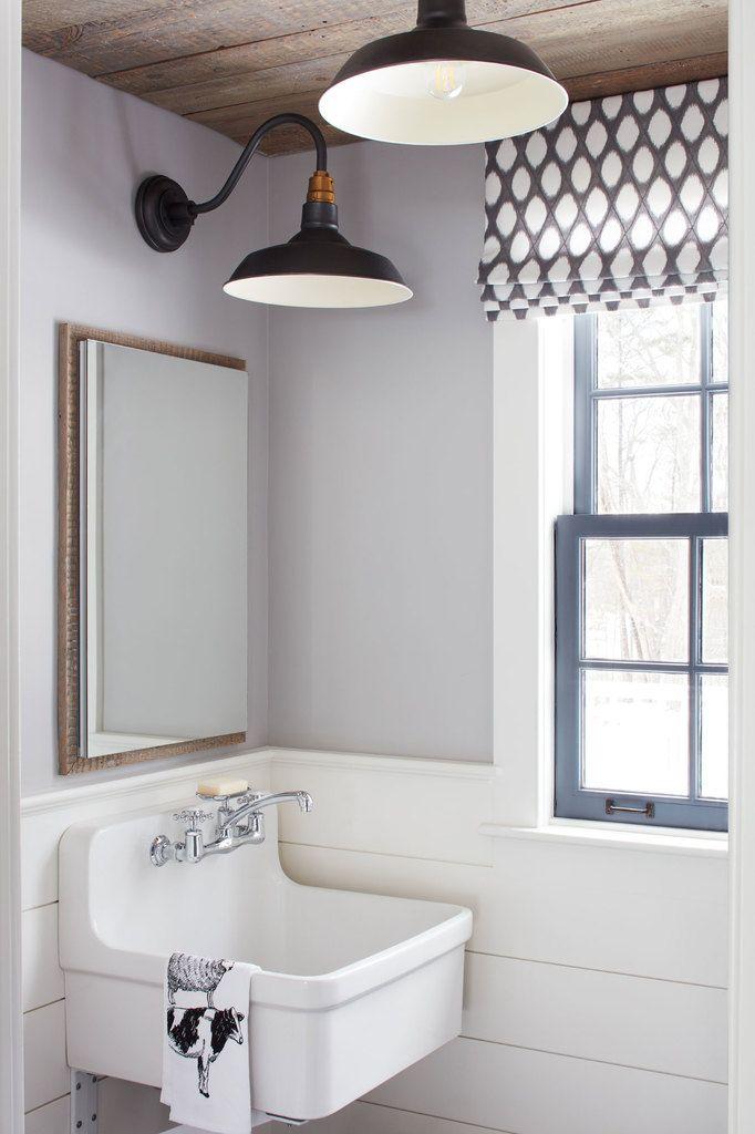 В туалете на первом этаже из повторно использованной древесины выполнен потолок. Выглядит замечательно. (деревенский,сельский,кантри,традиционный,индустриальный,лофт,винтаж,стиль лофт,индустриальный стиль,мебель,архитектура,дизайн,экстерьер,интерьер,дизайн интерьера,ванна,санузел,душ,туалет,дизайн ванной,интерьер ванной,сантехника,кафель) .