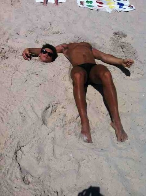 Tom Daley: OMG there is a headless person on the beach ...