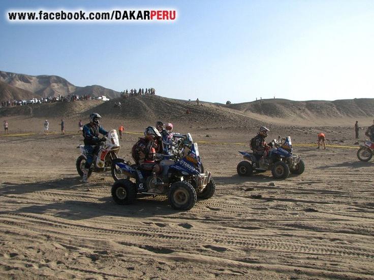 como en casi todo el Dakar 2012...los Patronelli son los primeros en salir en la categoria cuatrimotos.... — en Palpa, Ica, Perú.(2012)