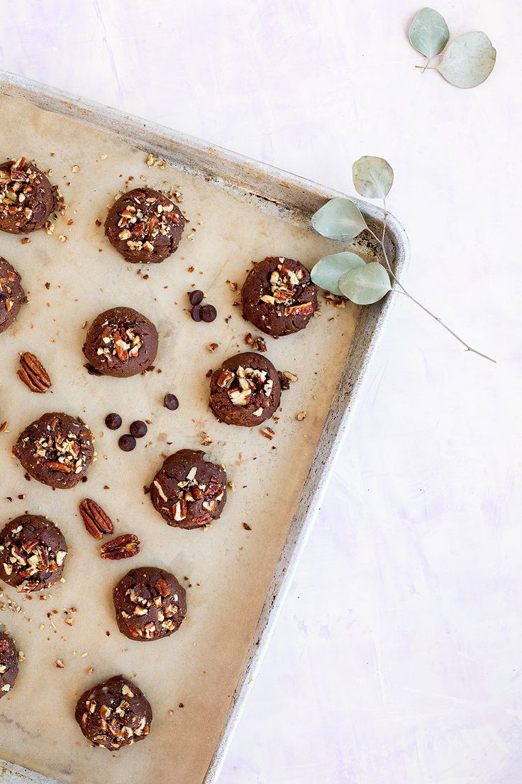 Caramelized Pecan Cacao Chocolate Chip Cookies - CaliZona - #glutenfree #eggfree