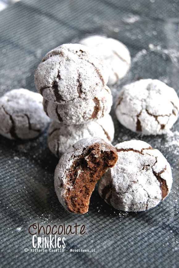Chocolate Crinkles: I biscotti più buoni che abbia mai mangiato, croccanti fuori ma dal cuore morbido e cioccolattoso! ...E sono anche facilissimi da preparare La ricetta la trovate su http://noodloves.it/chocolate-crinkles/ #Cioccolato #Biscotti #ChocolateCrinkles #Cookies #Dolce #Ricetta #Cuore #SanValentino #BlackAndWhite§ un pò laboriosi, ma buoni §