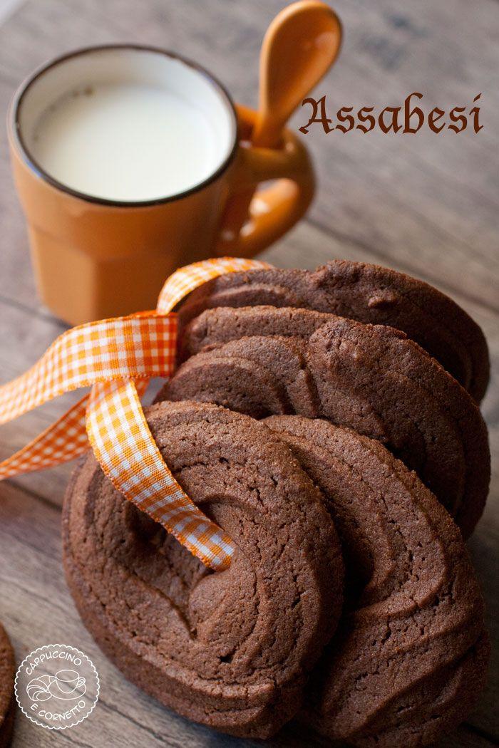Gli Assabesi sono dei dolcetti in cui è presente del cacao o liquirizia ( ad indicare il colore scuro tipico di questi dolci) e possono essere di diversi tipi , biscotti, trancetti di pan di spagna…