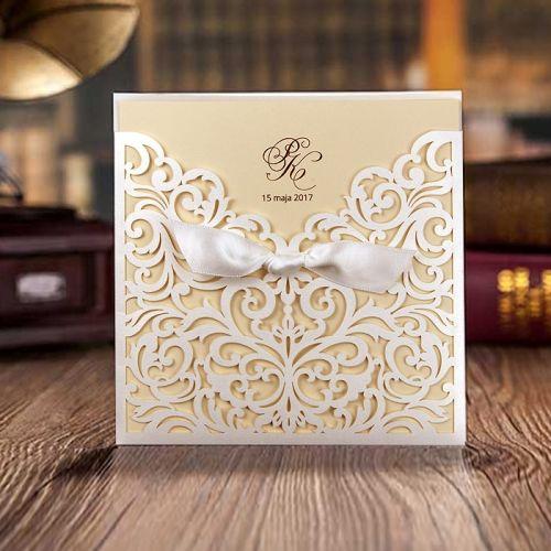 A meghívó kiváló minőségű dekoratív papírból készül.Tartóként funkcionál a fedlap, amely kifinomult lázervágott mintával és szatén szalaggal díszített. A betétlap matt ekrü három részbe hajtva.    Minimális rendelési mennyiség: 10 db  Boríték: az ár tartalmazza!