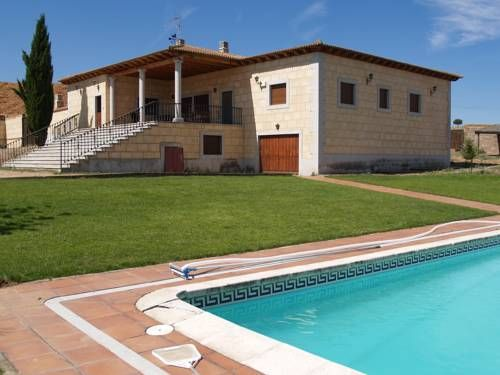 Chalet Rocal Aldeagutiérrez Featuring a seasonal outdoor pool, Chalet Rocal is a detached holiday home set in Ledesma. It provides free private parking. Free WiFi is available .