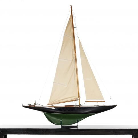 Stor enkeltmastet sejlbådsmodel