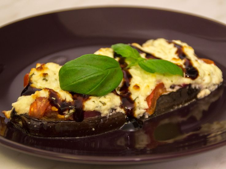Fetaostgratinerad aubergine med tomat och basilika | Dela i hälften. Snitta, salta, stek, ugn 1 tim 175 gr. Tomatsås med lök vitlök o kryddor o fetaost på. Gratinera.