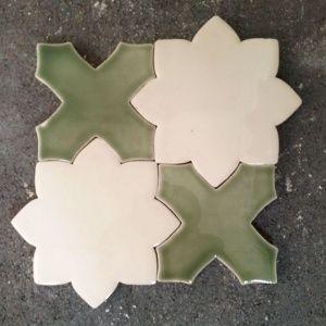 Марокканская плитка в глянцевой прозрачной и оливковой глазури. #arabesque #handmadetiles #ceramics #white #olive #colour #арабеска #оливковый #бежевый #глазурь #кухонныйфартук #геометрическаяплитка #плиткаручнойработы #дизайнерскаяплитка #элитнаяплитка