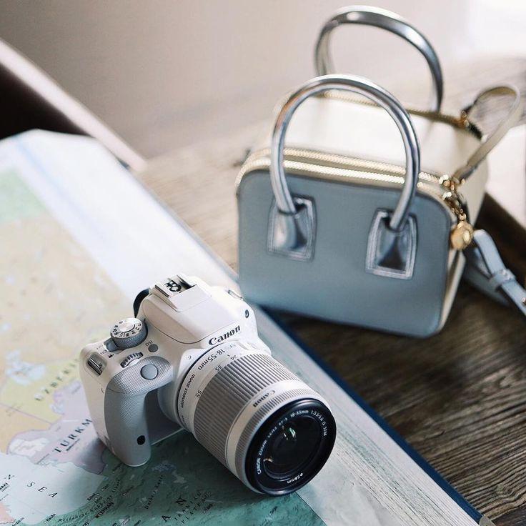 «Уже показывала вам свою новую любовь – вот эту маленькую камеру canon в сумке-чехле от Stella McCartney, советую всем тревел-фотографам. Безумно довольна!…»