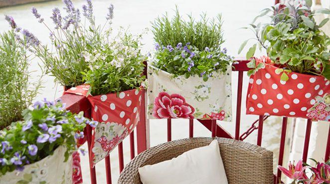 Satteltaschen waren das Vorbild für diese clevere Idee: Sie sind schnell und einfach selbst gemacht und verwandeln Ihren Balkon in ein Meer aus Blüten und Kräutern