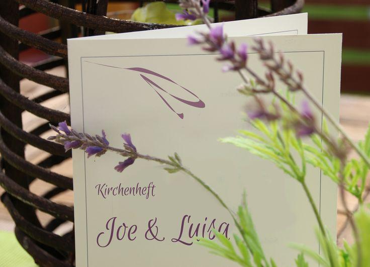 Kirchenhefte - Deckblatt Auf der ersten Seite, dem sogenannten Deckblatt, findet sich meistens ein Foto von der Kirche, in der Ihre Trauung stattfindet, oder ein Foto des Brautpaares mit dessen Namen und dem Datum der Hochzeit.