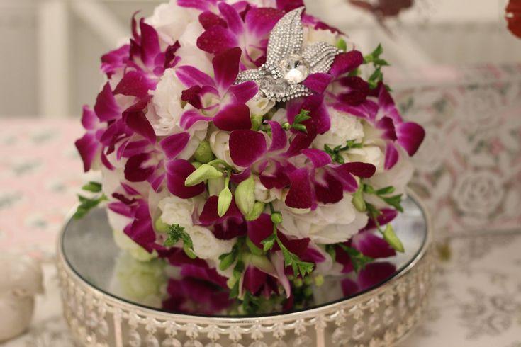 Svadobná kytica zo vznešených orchidey, frézií s krásnou luxusnou brošňou