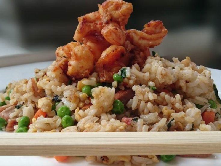 Recept voor Yeung Chow Chao Fan, oftewel Chinese nasi. Ingrediënten: Gekookte rijst, afgekoeld 200 gr doperwten 1 flinke wortel 3 …