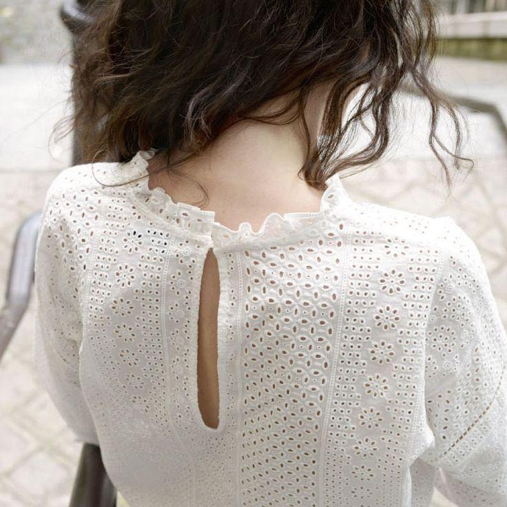 Sage avec son col ras du cou et ses manches ¾, la blouse Claude ne manque pas de féminité avec ses volants au style victorien. . 100 % coton ....
