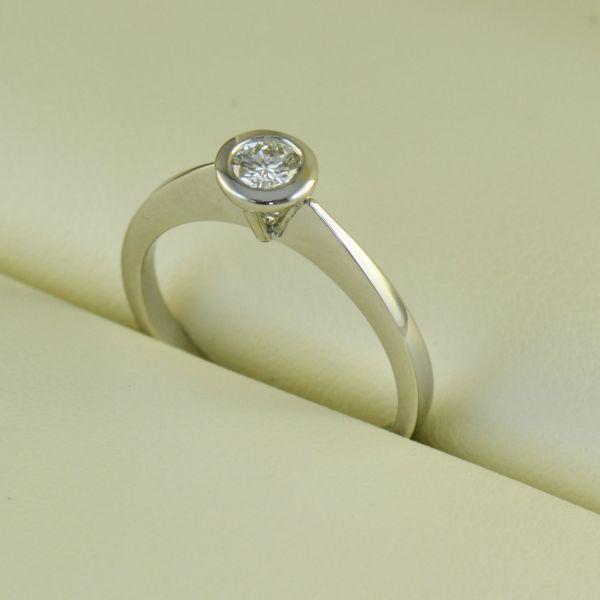 Inel logodna, aur alb, cu diamant rotund - Artofdiamonds.ro http://www.artofdiamonds.ro/inele-de-logodna-1/inele-de-logodna-cu-diamant/inel-logodna-aur-alb-cu-diamant-rotund #diamante  #ineledelogodnacudiamant #inelcudiamant #diamonds #diamondengagementrings #diamondrings