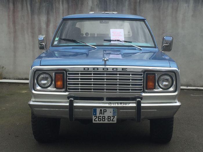 Dodge - Ramcharger V8 - 1978  Dit voertuig heeft een standaard Franse registratie en een geldige APK. Dit is een zeldzame model dat in 1978 nieuw werd verkocht in Frankrijk in de regio van Bordeaux. Dit voertuig wordt gepresenteerd in een typische blauw en witte kleurstelling op een blauw interieur. De afgelezen kilometerstand is 51.505 km. De historische gegevens bevestigen dat dit een derdehands wagen is die wordt gepresenteerd in een origineel behouden staat met enkele tekenen van…