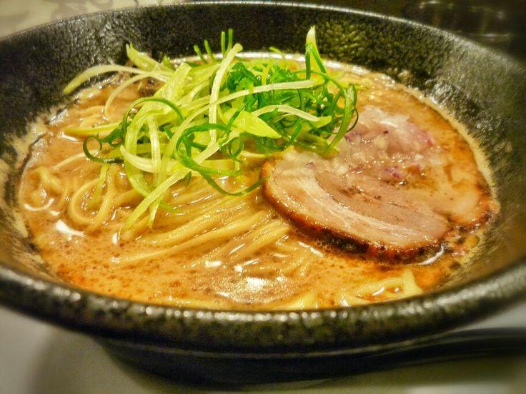 ちらん梅田店の鶏白湯ラーメン。名前の通り濃厚な鶏味のスープ。美味しいけど私の持っているラーメンのイメージとはかなり異なる。