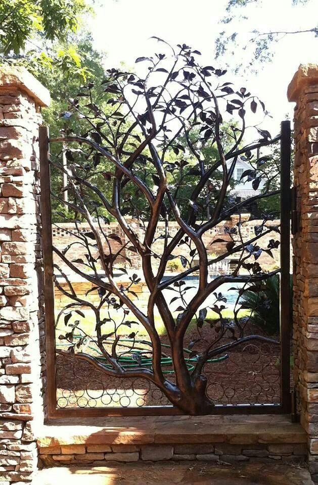 Portão de ferro trabalhado com design de árvore, ideal para jardins