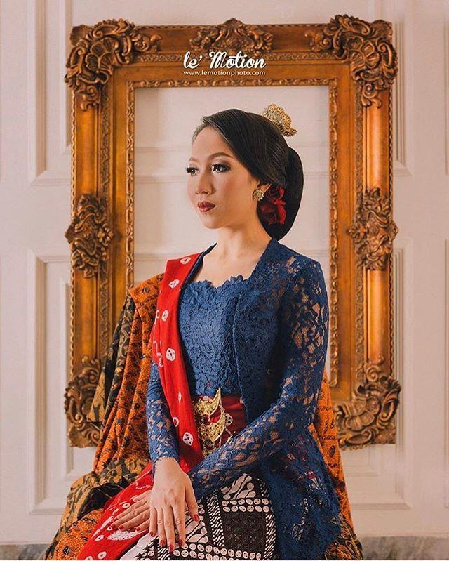 Bold colors for a classic look ❤️ Regram from @lemotionphoto . #kebayainspiration #kebaya #Indonesia