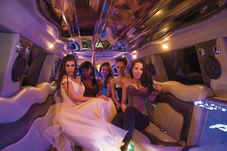 """Les enterrements de vie de jeunes filles sont faits pour être inoubliables. Quoi de mieux qu'une limousine ou un """"disco bus"""" Pour marquer l'évènement ?"""