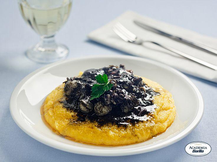 Seppioline su letto di polenta con salsa al nero