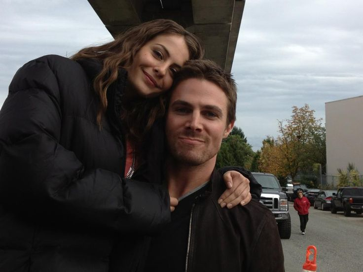 Stephen Amell & Willa Holland hanging out on the set of #Arrow!