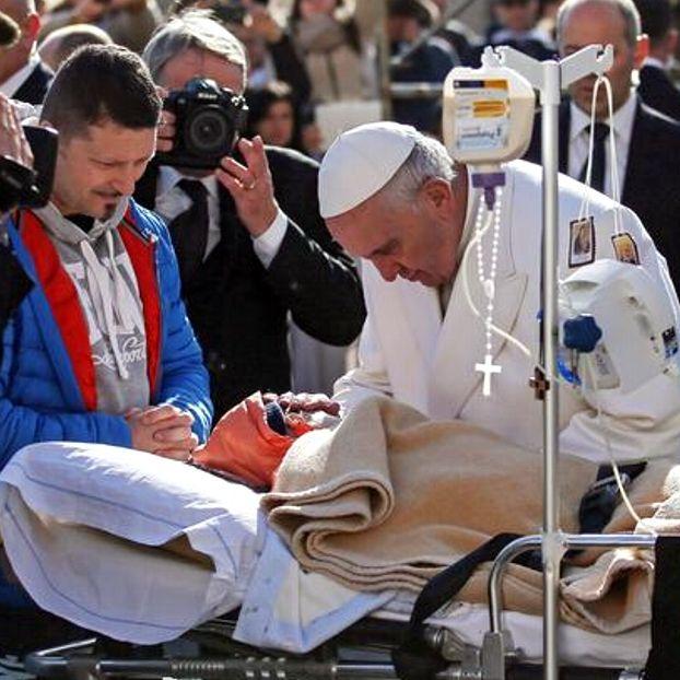 Papa Francesco accarezza un bimbo malato a San Pietro