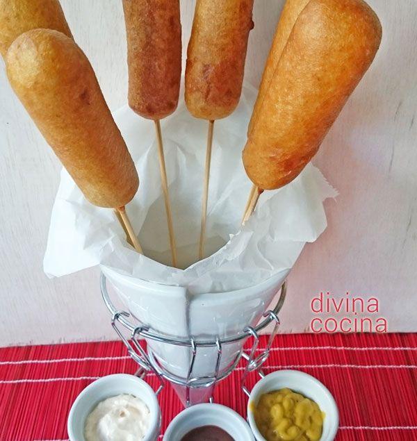 Con esta receta fácil de corn dogs puedes presentar salchichas de una forma original. El plato es un clásico americano que hoy se sirve por todo el mundo.