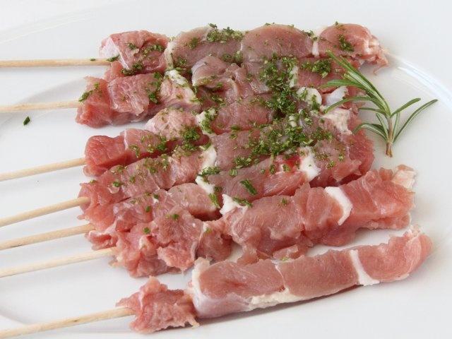 ARROSTICINI AL ROSMARINO CON CREMA DI MELANZANE 2/5 - Spennellate gli arrosticini con un poco d'olio e cospargeteli con il rosmarino tritato, sale e pepe.  #fileni #pollo #ricette #cucina #cooking #recipes
