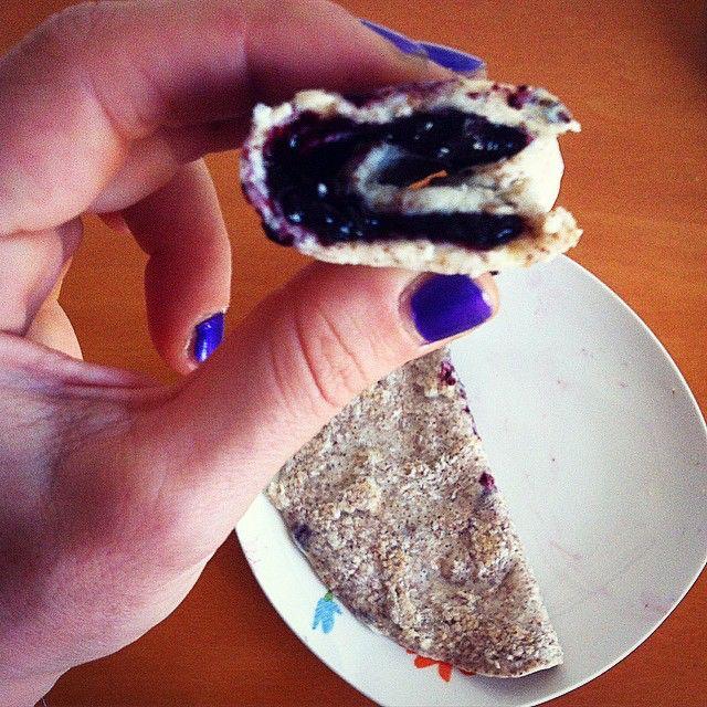 Omelette & blueberry jam plus a fluffy #cappuccino to start this day! Low carbs until tonight when as every friday I'm gonna have #pizza for dinner  • albumi+ farina di avena+ cocco rapè= ☝️ #omelette  farcite con marmellata di mirtilli e un cappuccino cremoso pre #legday  #colazione #breakfast #healthy #foodie