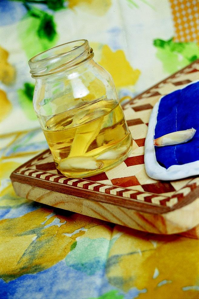 ¡Concentrado de ajo para ahorrar tiempo en la cocina! Pela varios dientes de ajo, lícualos con un poquito de aceite y guarda esa mezcla en un frasco con tapa... Cuando la receta te pida freír ajos con aceite, tú ya tendrás la mezcla lista...