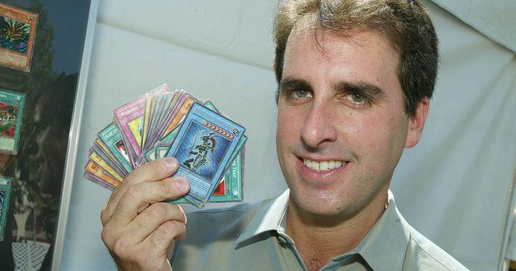 """Como saber se uma carta de """"Yu-Gi-Oh!"""" é da primeira edição. """"Yu-Gi-Oh!"""" é um jogo de cartas colecionáveis popular, baseado no mangá e anime de mesmo nome, no qual os jogadores usam baralhos de cartas auto-organizadas ou pré-fabricados para simular o sistema de duelo de criaturas encontrado no mangá. Os criadores do jogo lançam novos cartões com frequência, e, graças a isso, as primeiras cartas são ..."""