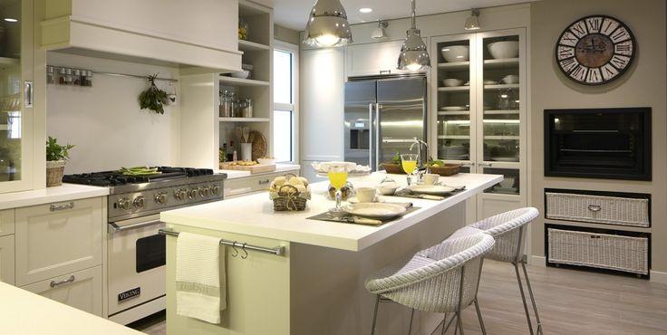 Jak urządzić piękną i elegancką kuchnię z jadalnią, czyli dwa inspirujące pomysły na aranżację w stylu Hampton