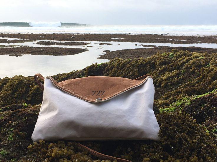 Elégant et tellement pratique, le sac Lys allie avec raffinement la voile recyclée et le cuir coloré. Un travail minutieux pour ce sac enveloppe dont la fabrication est 100% française unique et authentique.