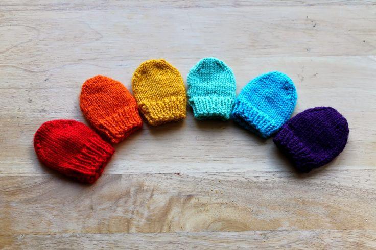 [English pattern below]     Les petites moufles  évitent aux bébés de se griffer le visage au cours de leurs premières semaines. Et ils peu...