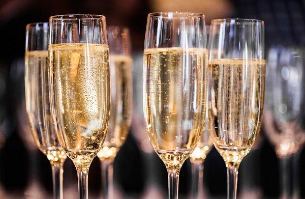 O Champagne Caseiro é perfeito para quem quer brindar e economizar. Ele é feito rapidinho: basta misturar guaraná e vinho branco seco e você terá uma bebid