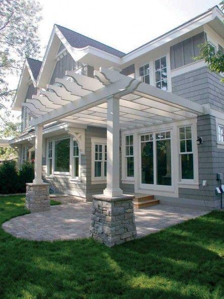 Essa pérgula estilo varanda combinou cores e materiais de forma a manter a estética da casa, deixando-a ainda mais charmosa!