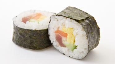 Maki sushi met zalm en ei