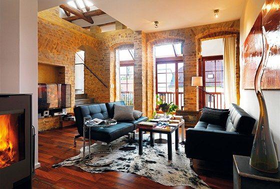Interiér bytu v pavlačovém domě je zalitý světlem.
