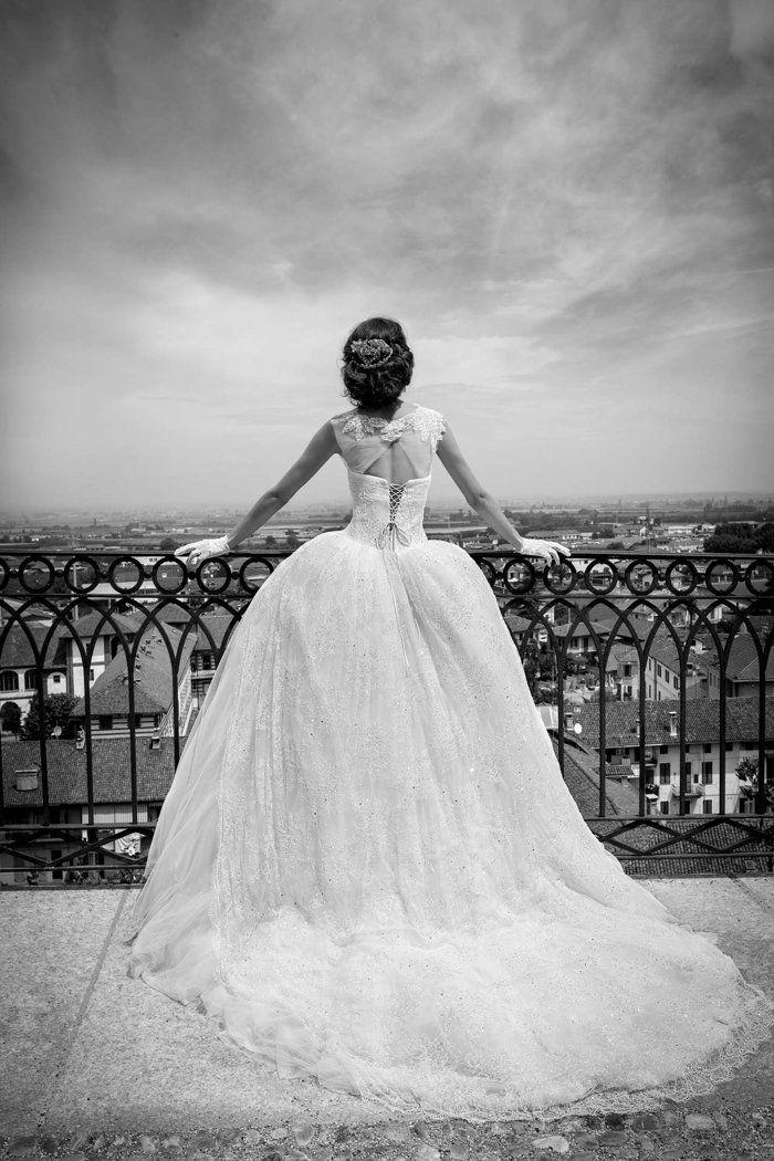 Heiraten wie ein Hollywoodstar? Wenn du mal die Diva zeigen willst dann sind pompöse Brautkleider von Alessandra Rinaudo genau das richtige für dich.